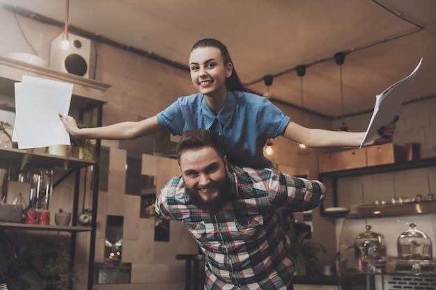 Les Jeunes Se Réjouissent De Leur Réussite Photo Premium