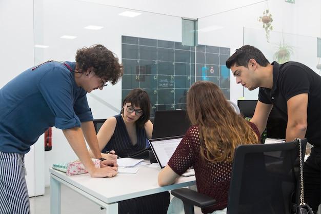 Les jeunes se sont réunis dans un coworking pour discuter d'une nouvelle campagne de marketing. Photo Premium