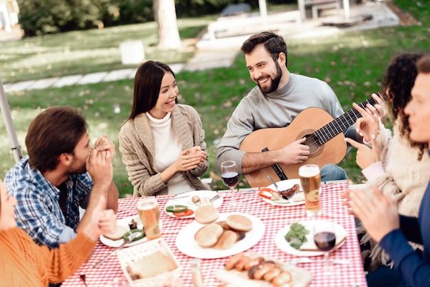Les Jeunes Se Sont Réunis Pour Un Barbecue. Photo Premium