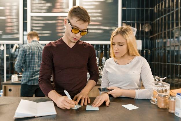 Jeunes travaillant dans un café Photo Premium