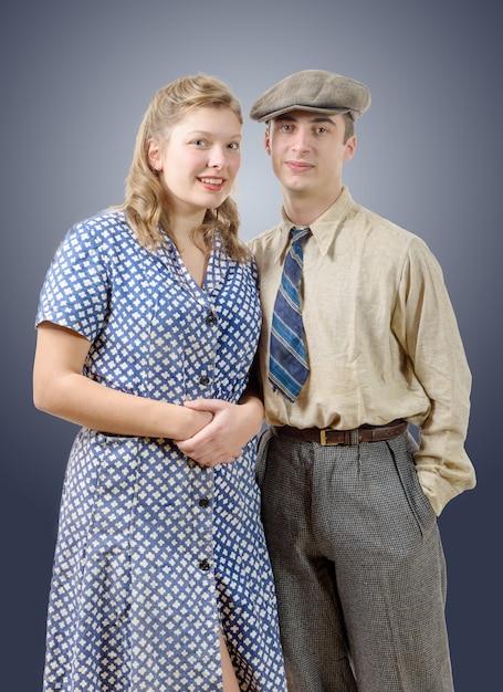 Jeunes travailleurs couples en vêtements vintage Photo Premium