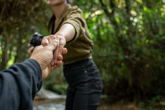 Les jeunes voyageurs se tiennent la main Photo gratuit