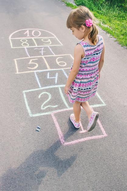 Jeux d'enfants de la rue en classiques. mise au point sélective. Photo Premium