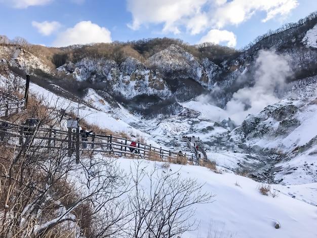 Jigokudani, connu en anglais comme «hell valley» est la source de sources thermales pour de nombreux spas onsen locaux à noboribetsu, hokkaido. Photo gratuit