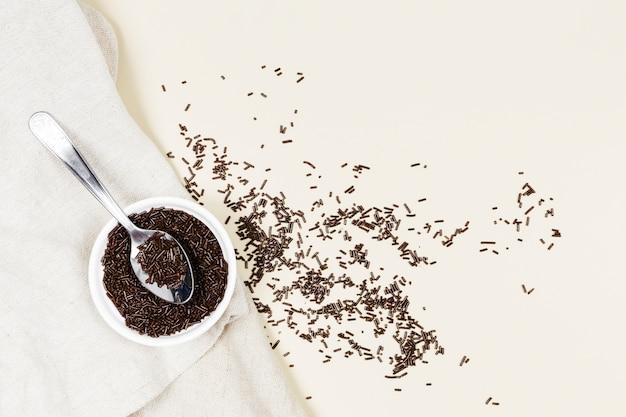 Jimmies au chocolat à plat sur un torchon Photo gratuit