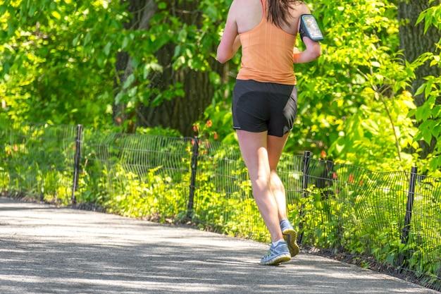Jogger courant le long du réservoir de central park à new york. central park est plein de gens actifs tout au long de l'année. Photo Premium