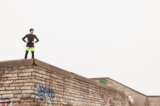 Jogger sur le toit Photo gratuit