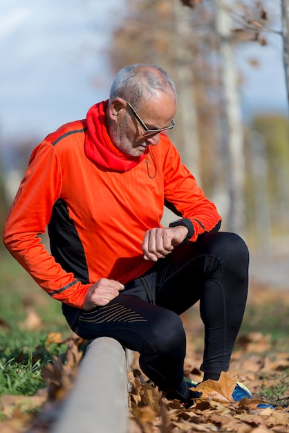 Un jogging actif à la recherche de sa smartwatch Photo Premium