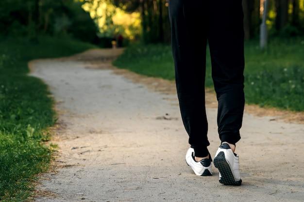 Jogging matinal dans le parc, espace de copie des jambes des hommes Photo Premium