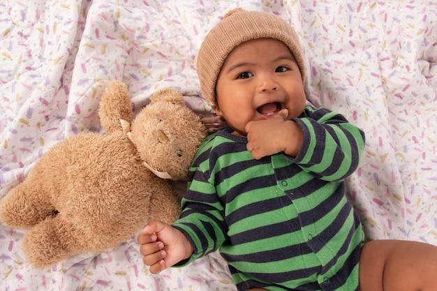Joli bébé asiatique sucer un doigt Photo Premium