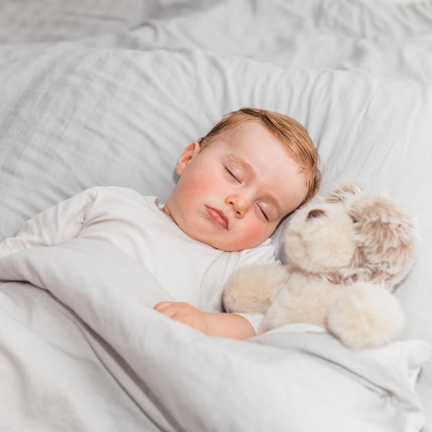 Joli bébé endormi Photo gratuit