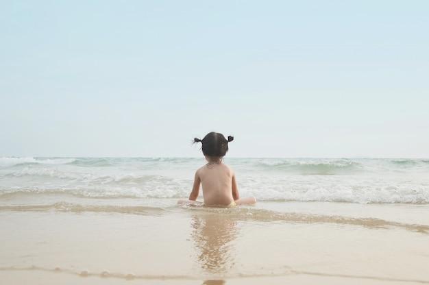 Joli bébé fille impatient de la mer Photo Premium