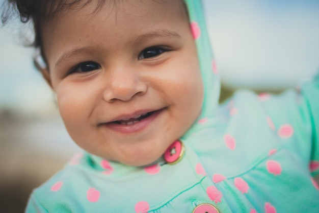 Joli bébé avec smille mignon Photo Premium