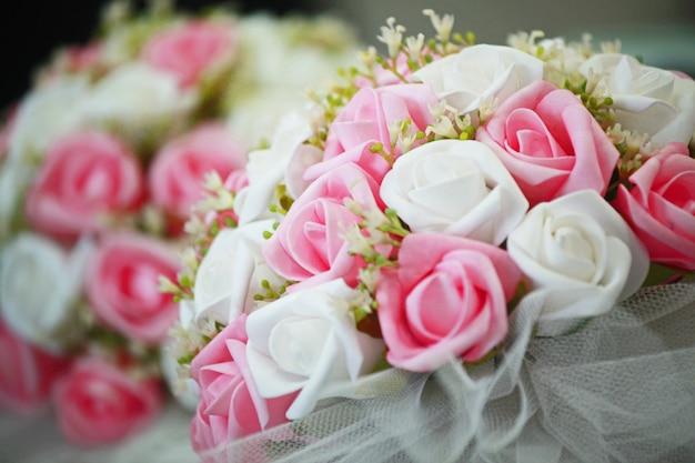 Joli Bouquet De Fleurs Blanches Et Roses Photo gratuit