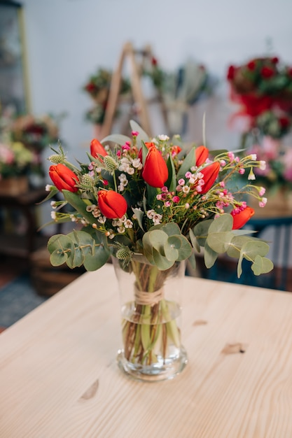 Joli Bouquet De Tulipes Rouges Et Orange Sur Une Table En Bois Photo Premium