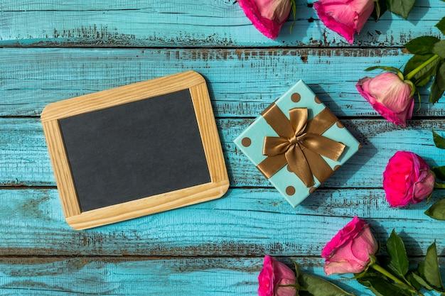 Joli cadeau d'anniversaire avec espace copie Photo gratuit