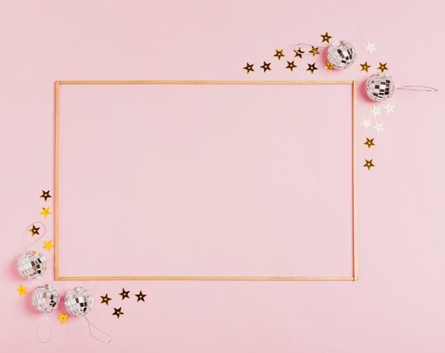 Joli cadre avec des boules de noël sur fond rose Photo gratuit