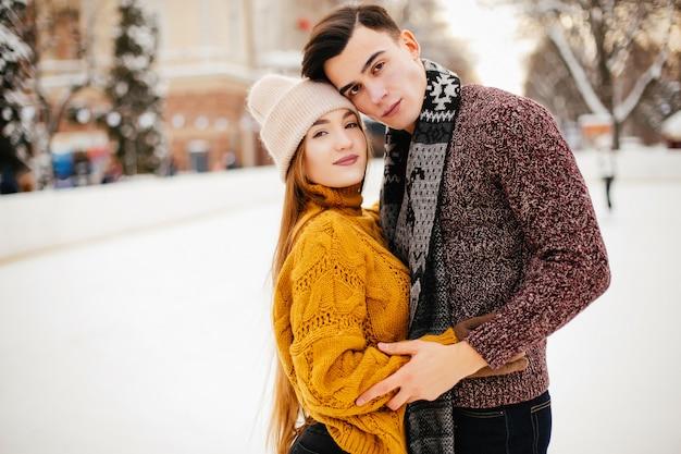 Joli couple dans une patinoire Photo gratuit