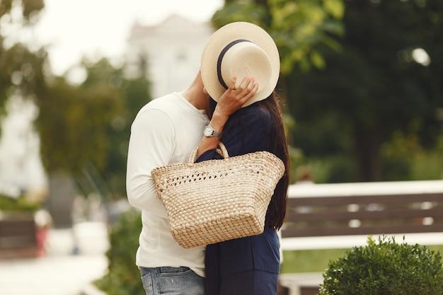 Joli Couple Dans Une Ville. Homme En Chemise Blanche. Les Gens Marchent. Photo gratuit
