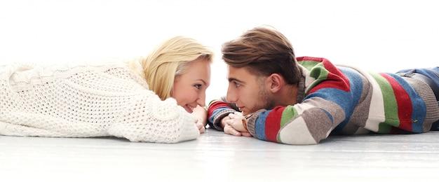 Un joli couple est amoureux l'un de l'autre Photo gratuit