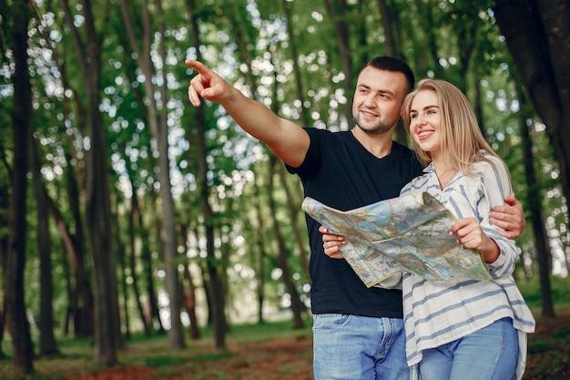 Joli couple imaginant les vacances Photo gratuit
