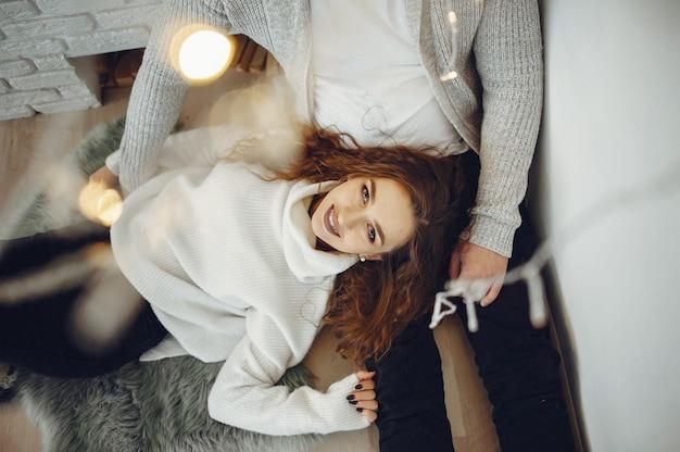 Joli couple à la maison dans un pull chaud Photo gratuit