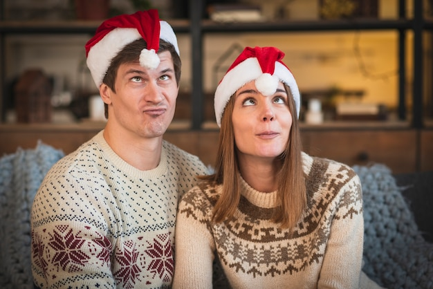Joli Couple De Noël étant Idiot Photo gratuit