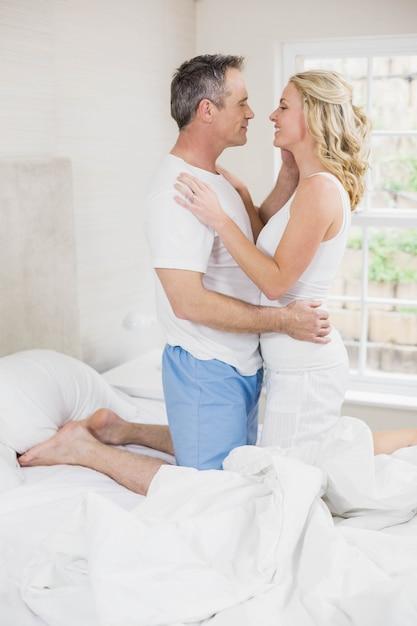 Joli couple sur le point d'embrasser dans leur chambre Photo Premium
