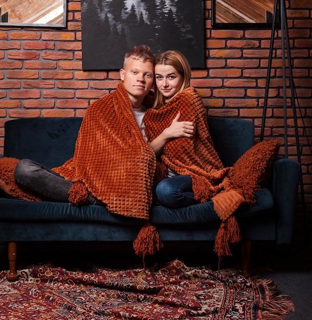 Joli couple restant sous la couverture Photo gratuit