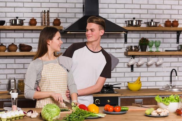 Joli couple se regardant dans la cuisine Photo gratuit
