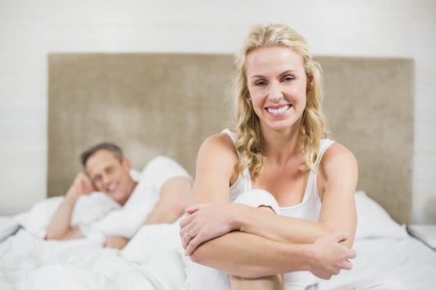 Joli couple se reposant dans leur chambre Photo Premium