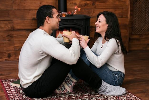 Joli couple souriant l'un à l'autre Photo gratuit