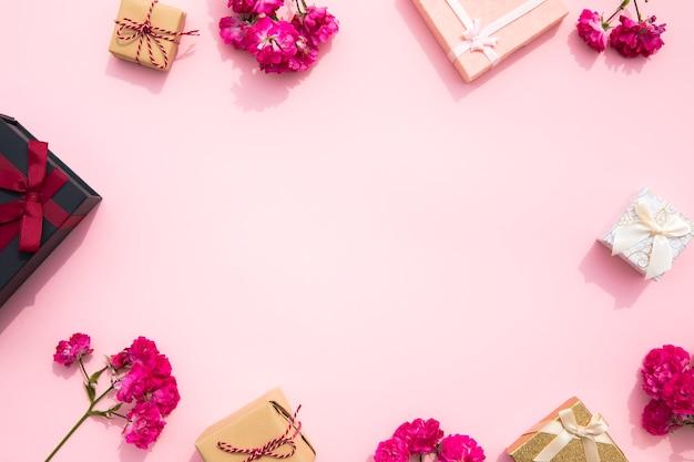 Joli fond rose avec cadre cadeau Photo gratuit