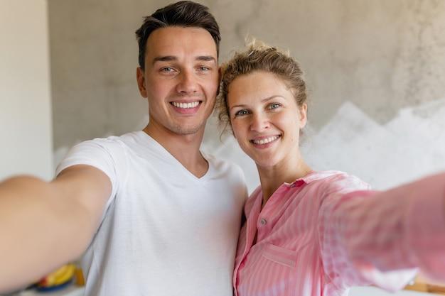 Joli Jeune Couple S'amusant Dans La Chambre Le Matin, Homme Et Femme Faisant Selfie Photo En Pyjama Photo gratuit