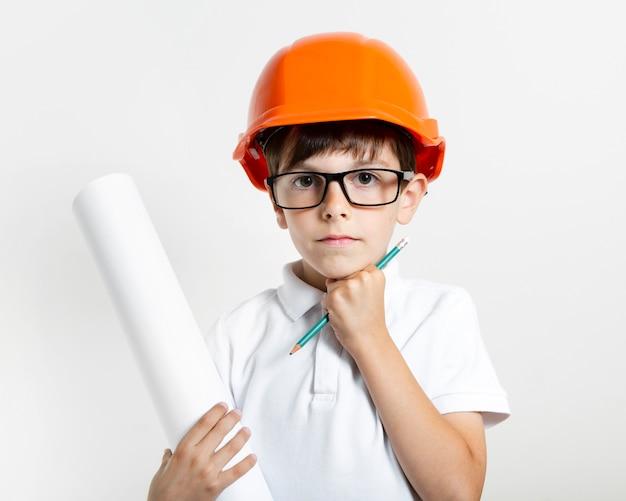 Joli jeune enfant avec un casque de sécurité Photo gratuit