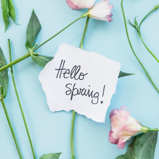 Joli message sur les fleurs fraîches Photo gratuit