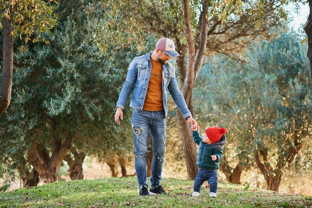 Joli petit garçon qui apprend à marcher Photo Premium
