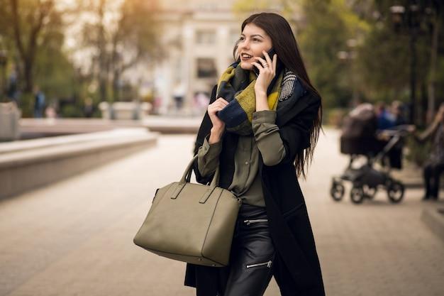 Joli téléphone mobile sur les achats mobiles Photo gratuit