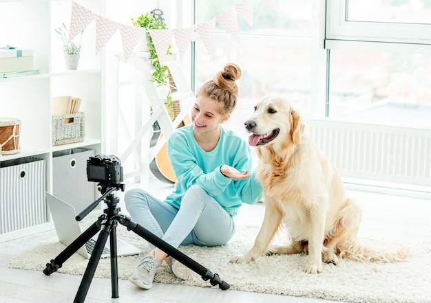 Jolie Adolescente Avec Chien Blogging Photo Premium
