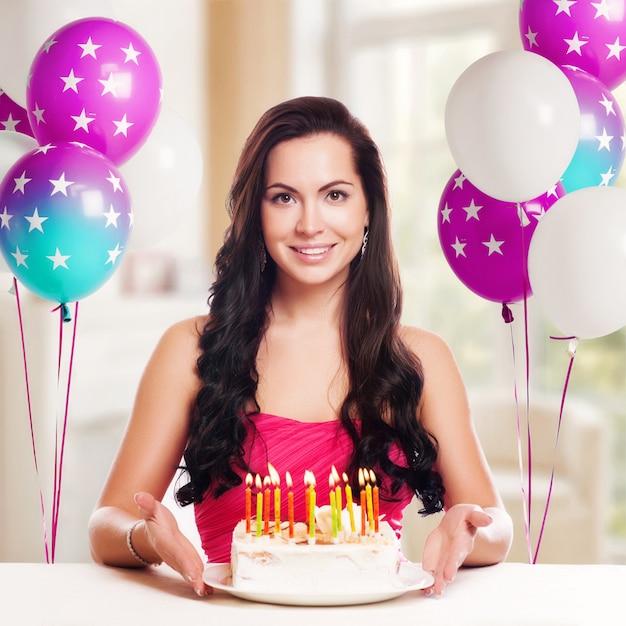 Jolie adolescente fête son anniversaire avec un gâteau Photo Premium