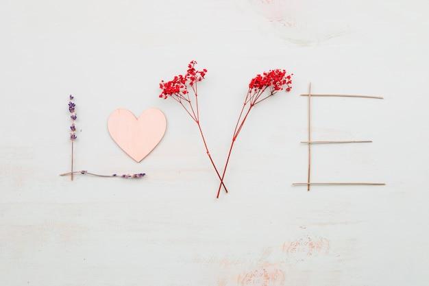 Jolie Amour écrivant Des Fleurs Télécharger Des Photos