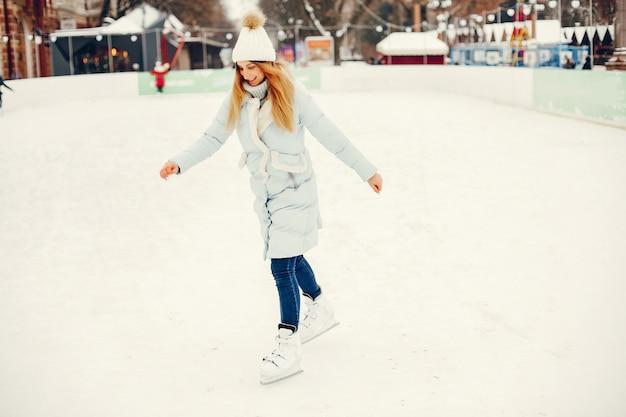 Jolie et belle fille dans une ville d'hiver Photo gratuit