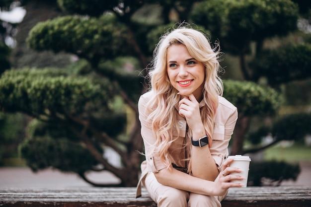Jolie blonde femme buvant du café Photo gratuit