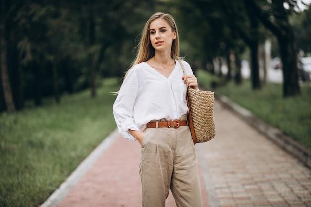 Jolie blonde femme dans le parc avec le look de l'été Photo gratuit