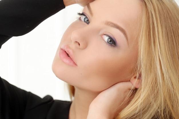 Jolie blonde à la maison Photo gratuit