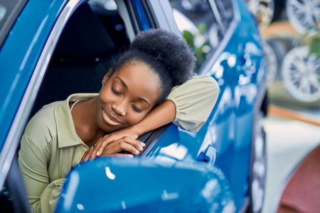 Jolie Dame Africaine Aimait L'automobile Dans La Salle D'exposition De Voitures Photo Premium