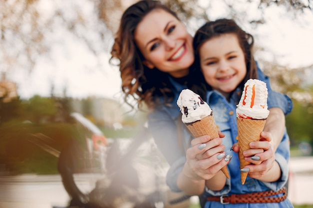 Jolie famille dans un parc de printemps Photo gratuit