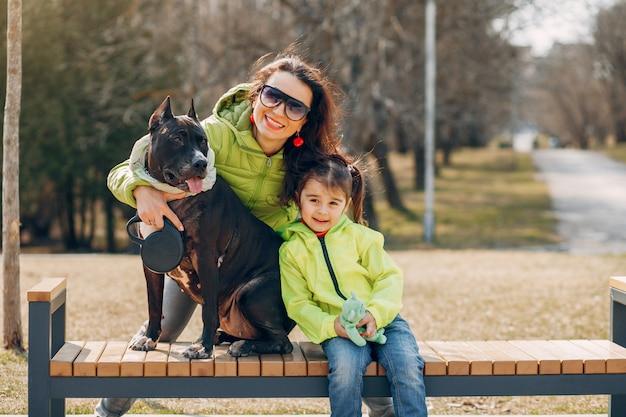 Jolie Famille Dans Le Parc Photo gratuit