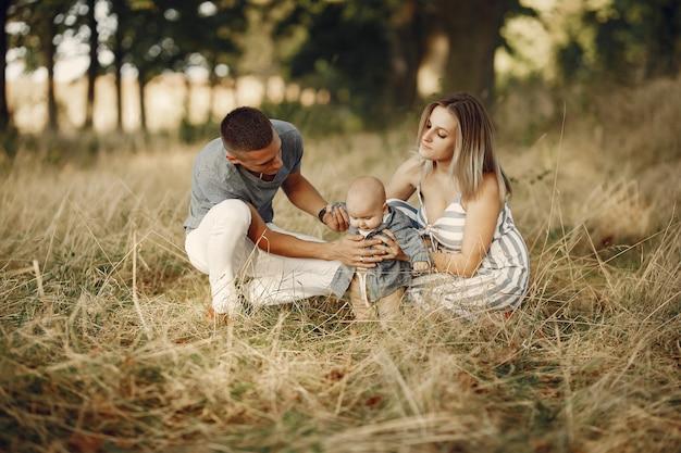 Jolie famille jouant dans un champ d'automne Photo gratuit
