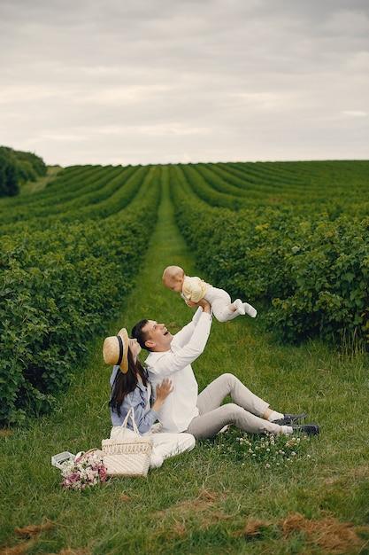 Jolie famille jouant dans un champ d'été Photo gratuit
